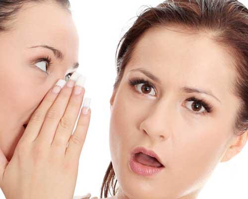 他の女性の耳元で囁く女性