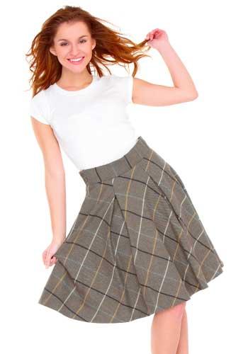 スカートの裾を掴む女性