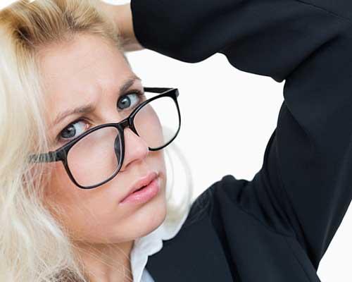 眼鏡にスーツ姿の女性
