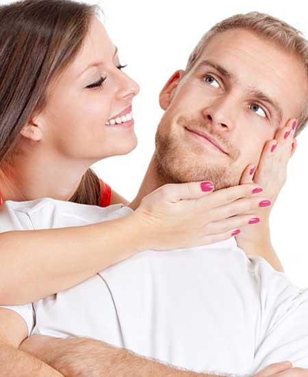 彼女から顔を抱かれる男性