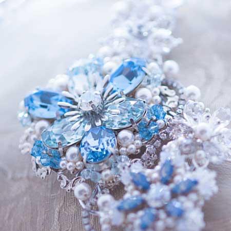青色の宝石付ブローチ