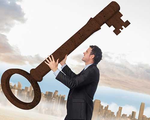 大きな鍵を持つ男性