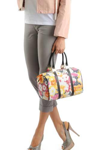 ユニークなバッグを持った女性