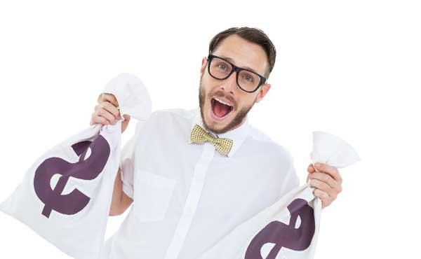 お金の袋を持つ男性
