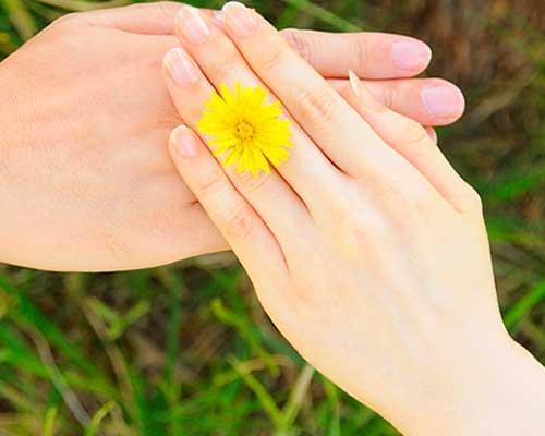 男性の手に女性の手を載せる