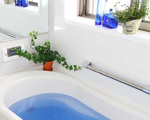 青い入浴剤が入った浴槽