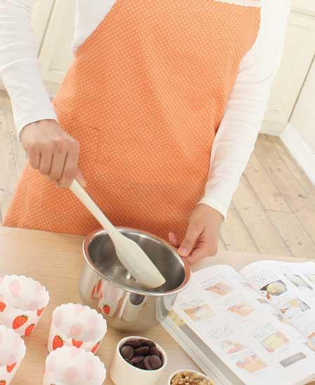 手作りで菓子を作る女性