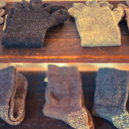 棚に並ぶ毛糸靴下