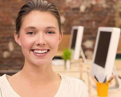 職場で笑顔を見せる女性