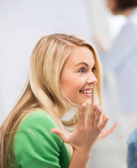 会話に夢中で笑顔の女性
