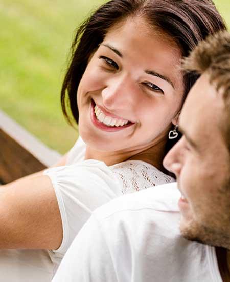 彼の傍で微笑む女性