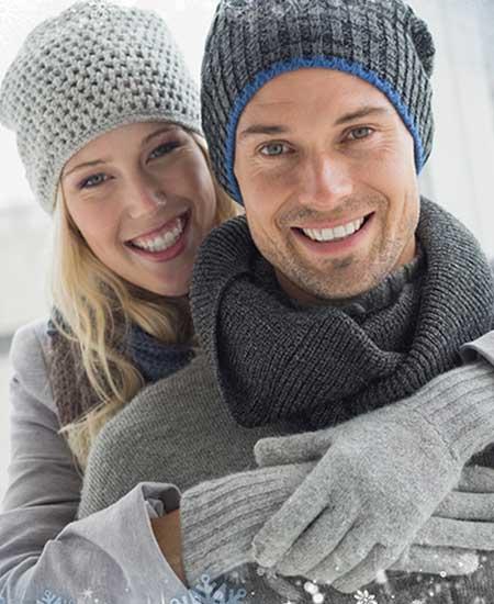 冬着で彼を抱きしめている女性