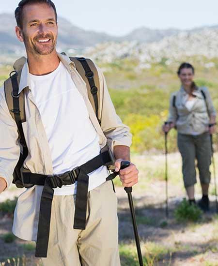 女性を従えて山道を歩く男性
