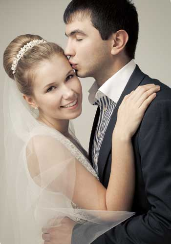 ドレスを着てキスするカップル