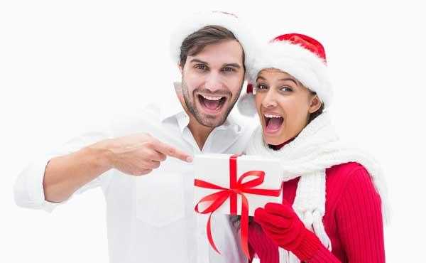 クリスマスプレゼントを持ったカップル