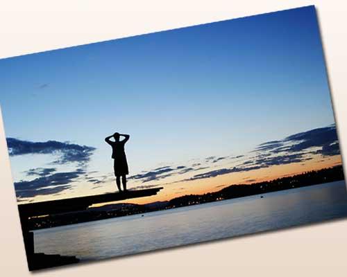 桟橋で一人で立つ男性