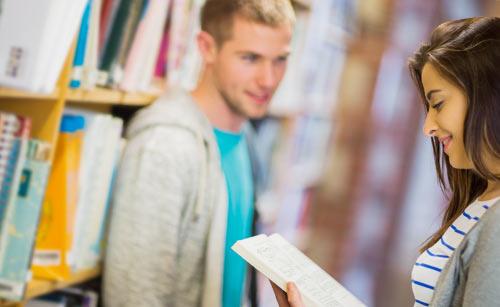 図書館で仲良く話す男子と女子