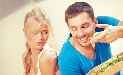 ダイエット中の彼女の前でピザを食べる男性