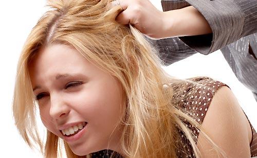 髪にいたずらされる女性