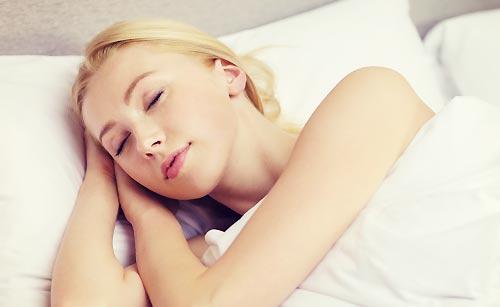 寝たふりをする女性