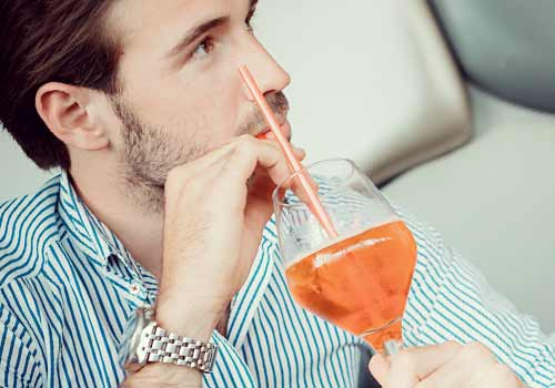 ジュースを飲む男