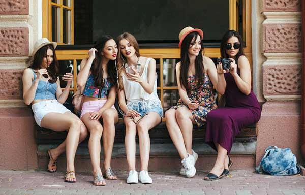 友達同士で遊ぶ女子