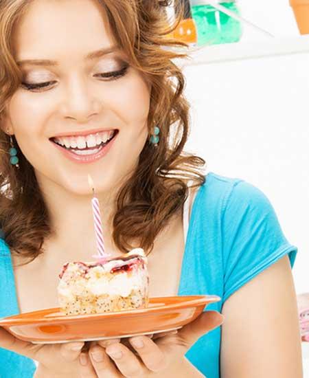 誕生日ケーキを持つ女性