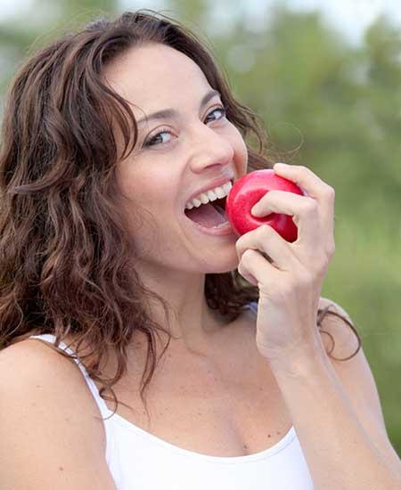 りんごに噛り付く女性