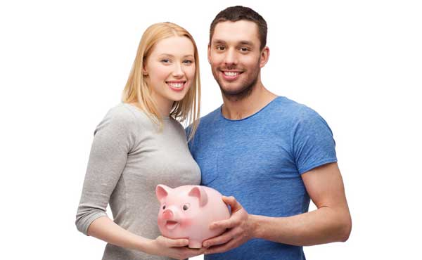 豚の貯金場後を持ったカップル