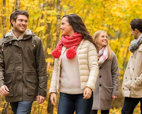 紅葉の中でグループデート