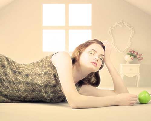 部屋に寝そべる女性