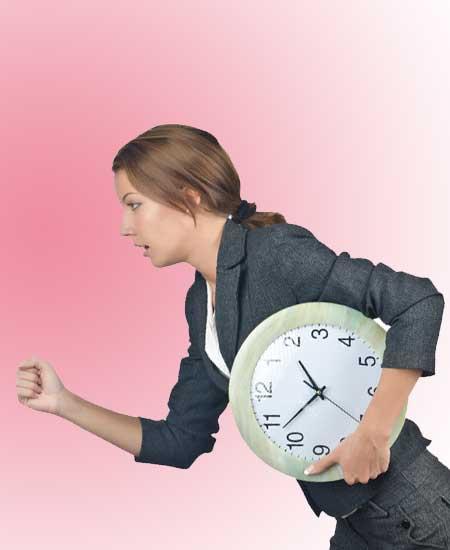 時計を脇に抱えて走る女性