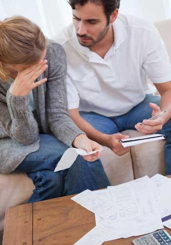 家計簿をつけるカップル