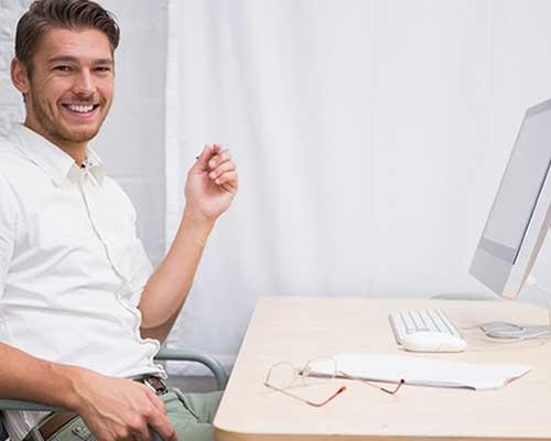 パソコンに向かって座る男性