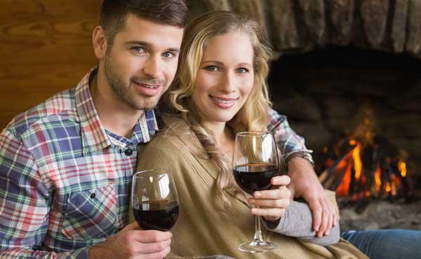 自宅でワインを飲むカップル