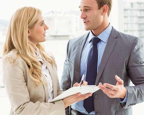 職場で男性が女性に質問