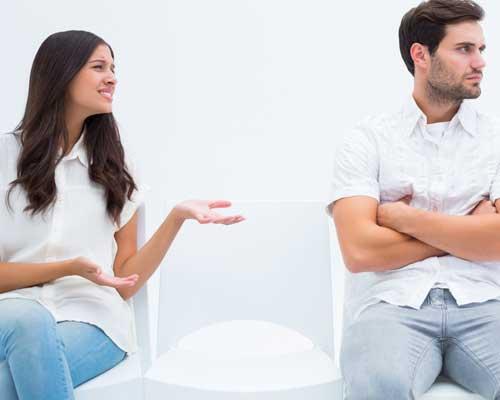 女性が話すが、そっぽを向く男性