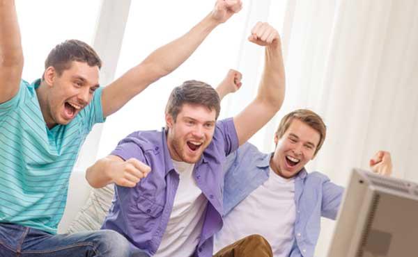友達とテレビを見る男性