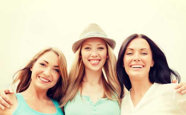 肩を組む女性たち