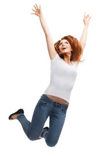 ジャンプして喜ぶ女性