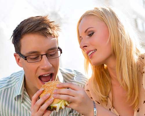 彼にハンバーグを食べさせる女性