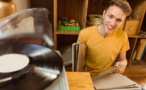 レコードを聞く男性