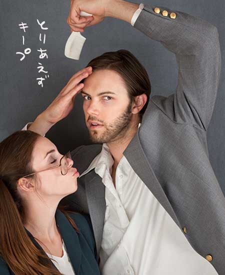 キスしようとする女性と髪とかす男