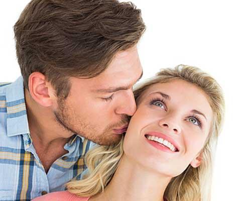 女性にキスする男