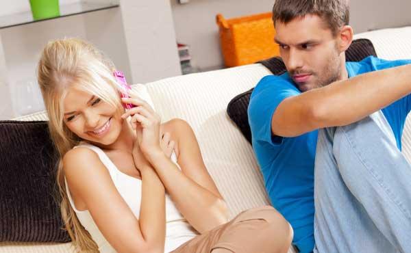 彼氏の前で通話する女性