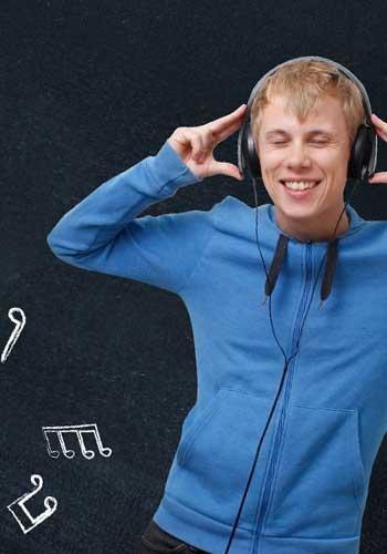 音楽に夢中の男性