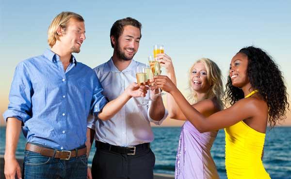 船で乾杯をするグループ