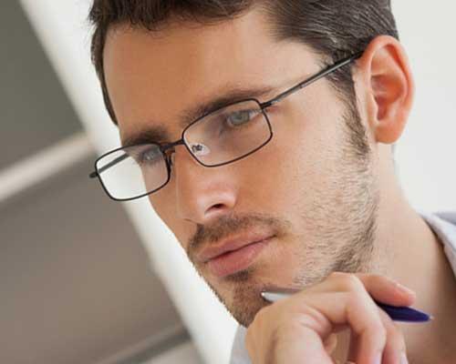 眼鏡の男性が考えている