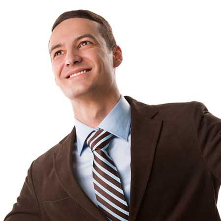 背広姿の男性が微笑んでいる