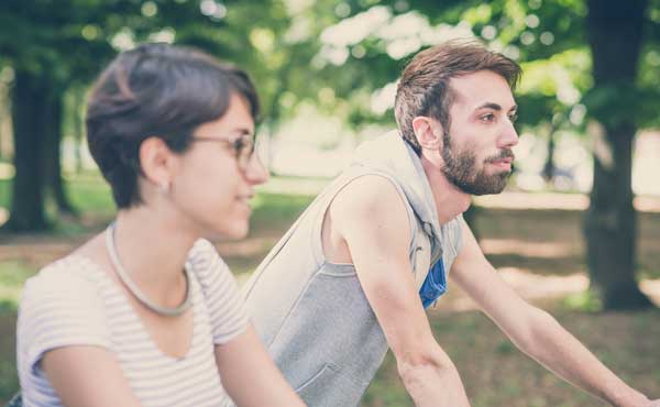 サイクリングをする男女